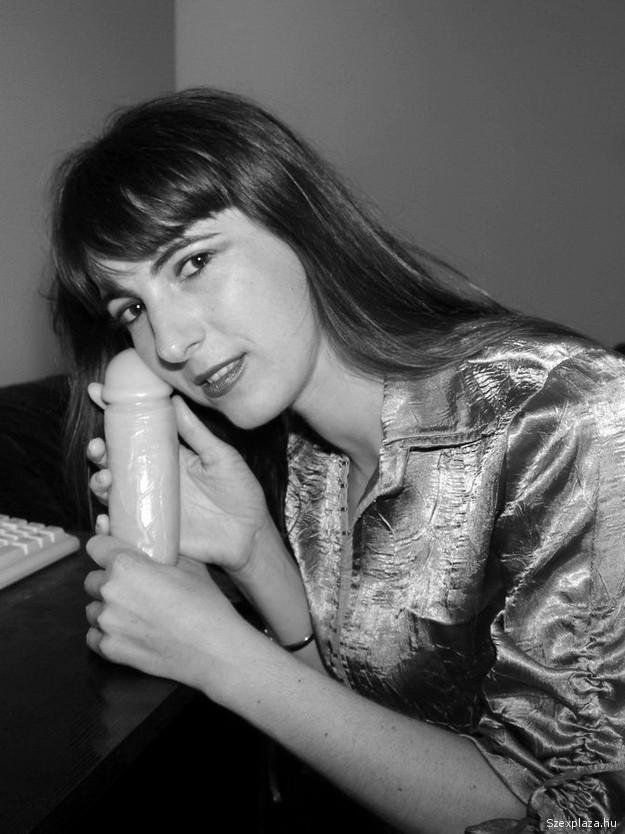 A szexshopban vásárolt dildót is szereti Ildikó a pornó castingon