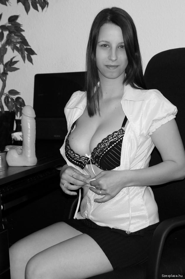 Szexshopból válaszott dildóval és a fotóssal is szexel Ujj Anita